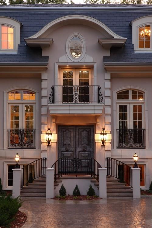 házfalnál világosabb az ablak körüli kiemelés