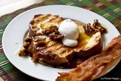 Caramelized banana stuffed French toasts with bacon