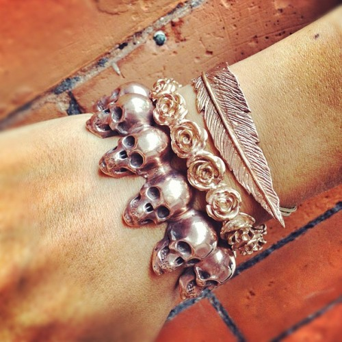 Rose on the bricks… #leivankash #armparty in rose gold plating #skulks, roses and #feather  (Taken with Instagram)