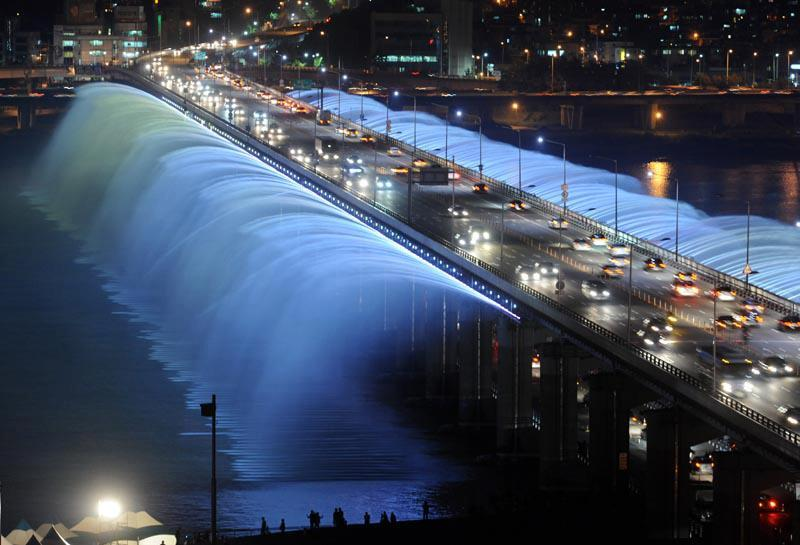 Moonlight Rainbow Bridge Fountain in Seoul, Korea