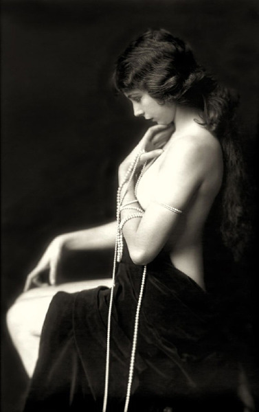 Here's a gorgeous photograph of a partly undressed lady that dates to the 1920s. #art Maybe NSFW