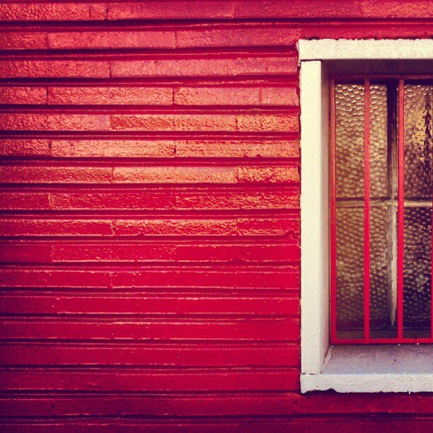 #red #white #window #grid #minimal #minimalism #geometric #texture #tile #pattern (Publicado com o Instagram)