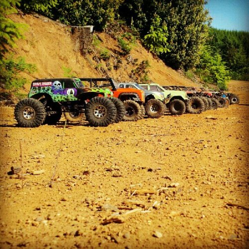 racedwg:  Grate pic of some radio control rock cawlers.  Rock crawlers = awesomeness