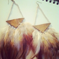 Gold and bronze #feathers #gold #bronze #earrings #tribal #triangle #hippie #boho  (Taken with Instagram)
