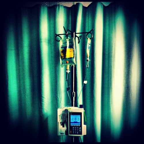 the remedy💉 🏥 #puertorico #instagram #iphonegraphy #igpuertorico #patient #finger #infection #room #summer #bed #sick #sunday #machine #serum #hospital #remedy #curtains (Taken with Instagram at Puerto Rico Children Hospital)