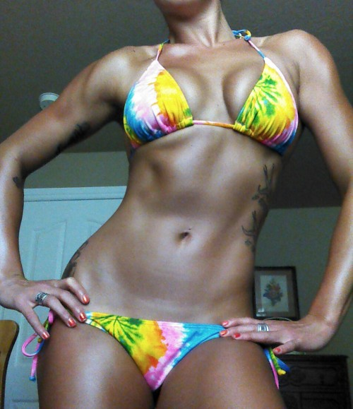 girlgotmuscle:  Feeling muscular and really tan today.