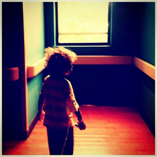 taking a walk #puertorico #instagram #iphonegraphy #igpuertorico #kids #curlyhair #boy #myson #hospital #instagram_kids #patient #finger #infection #room #summer #walk #sick #sunday #window #serum  (Taken with Instagram at Puerto Rico Children Hospital)