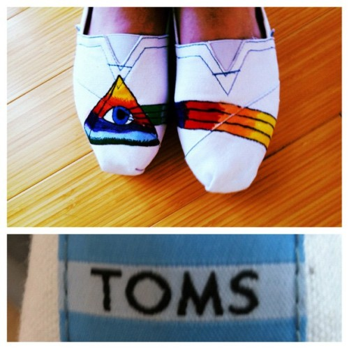 myotherurlsweretaken:Look, now even my feet are hipster (: #toms #hipster (Taken with Instagram)