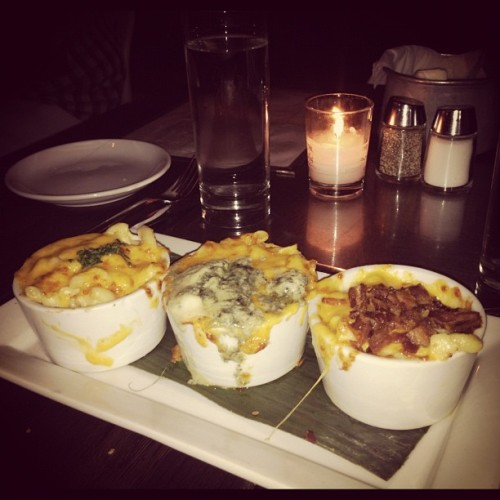 Truffle oil mac n cheese, blue cheese mac n cheese, and bacon mac n cheese (Pris avec Instagram à Cafeteria)