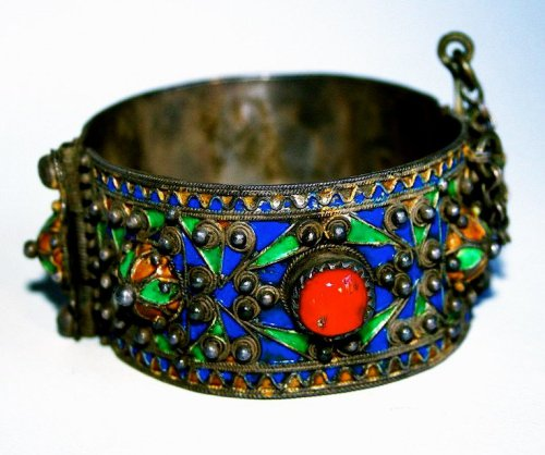luvtribalbellydance:  An excellent very early Kabyle armband (silver, carnelians, and enamel) from Algeria.
