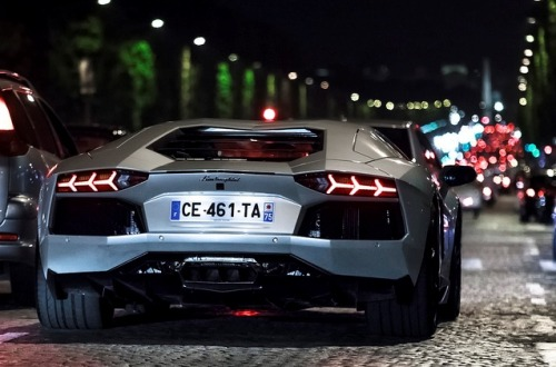 fuckyeahcargasm:  City lights. Featuring: Lamborghini Aventador