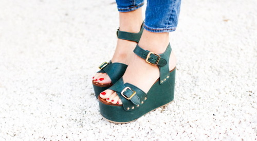 autumnfever:  I love the way the green in her shoes and the red in her nail polish go together  Wonder who these are by, love!!!!