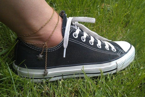 DIY Chain and Charms Anklet Tutorial from Tara Fra Sahara here. Easy to make anklet because there is no closure. *For more anklet tutorials go here: truebluemeandyou.tumblr.com/tagged/ankle-bracelet