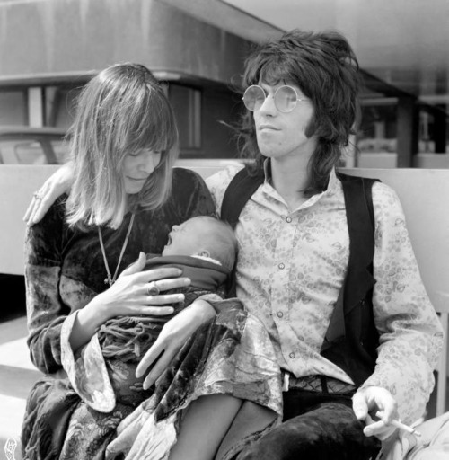 Keith Richards, Anita Pallenberg and their son Marlon Richards, in front of the Kings College Hospital, August 18, 1969.