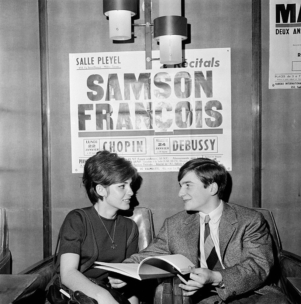 absinthemakesyouawhore:   Jean-Pierre Léaud and Marie-France Pisier on the set of François Truffaut's 1962 film Antoine et Colette