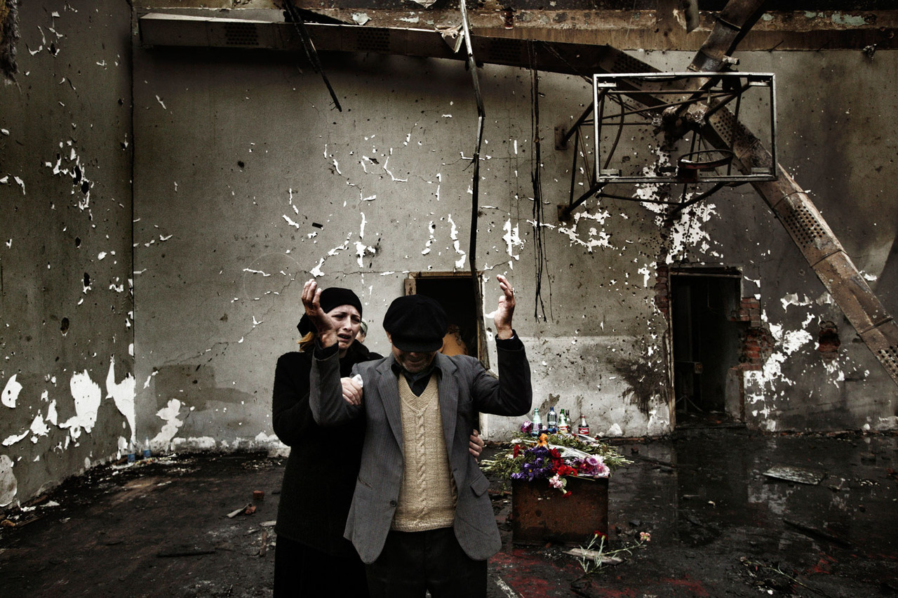 fotojournalismus:  Beslan, North Ossetia. September 5, 2004. On 1 September 2004, a group of armed rebels took over 1,000 children and adults hostage at School Number One in the town of Beslan. The standoff lasted three days. On the third day, Russian forces stormed the building with tanks and heavy weaponry. More than 330 hostages – mostly children- were killed. President Putin used the disaster as a catalyst for a new program mobilizing the country in the fight against terrorists and strengthening the powers of the president. While Chechen separatists claimed responsibility for the siege, they blamed Russian authorities for the tragic ending. [Credit : Yuri Kozyrev]