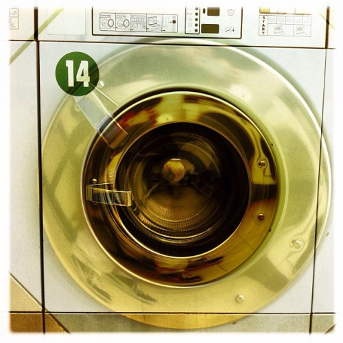 #laundromat #washing machine #circle #14 #hipstamatic #france #paris #white (Pris avec Instagram)