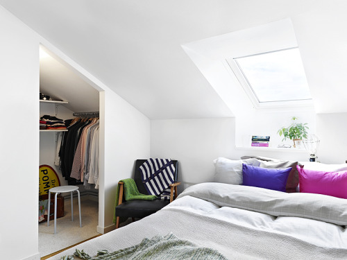 attic bedroom + closet in a nook (via Alla bilder)