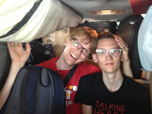 harryandthepotters:  Whole lotta YouTube muscle stuffed into the backseat of our wizard van right now. These cuties were just playing 20 questions together.   Rad talking heads tee, neil!