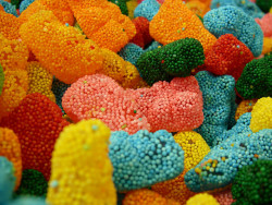unbelievablysweet:  Crunchy Gummy Bears by Yoshi Gizmo on Flickr. For more photos of delicious looking sweets, go here! ❤ Enjoy~!