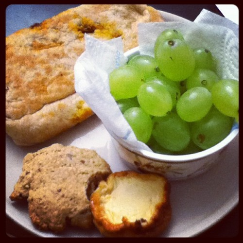My 4 am snack, before I can't eat anymore #ramadhan #grape #homemade #cookies #minicheesecake #cheesecake made by @itssophiax3 #food #fruits #healthy #healthyfood #newlife (Pris avec Instagram)