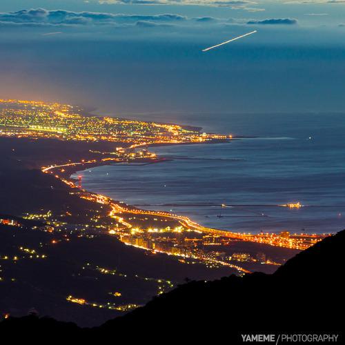 夜的海岸線 Coastline / Taipei, Taiwan by yameme on Flickr.