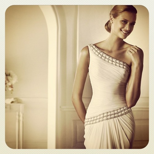 Asymmetric perfection. #pronovias #devesa #pretty #beauty #wedding #dress #chiffon #oneshoulder # asymmetric #bride #love #novia #gasa #asimetrico #noiva #gaza #pronovias2013 (Tomada con Instagram)