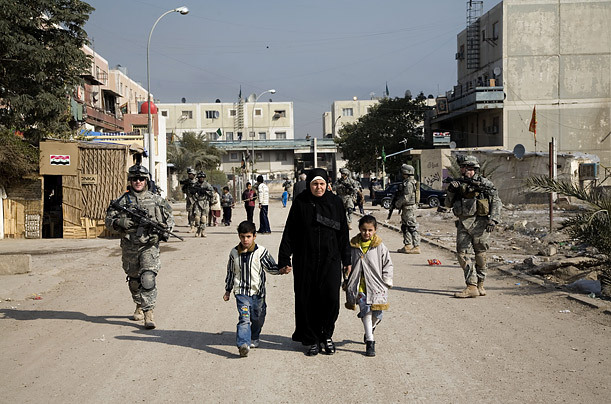 fotojournalismus:  Soldiers patrol in Saha, a neighbourhood of southern Baghdad. 2008. [Credit : Yuri Kozyrev]