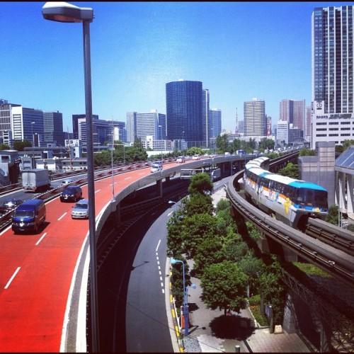 Red road #japan #tokyo #road #highway #Monorail #pokemon (Instagramで撮影)