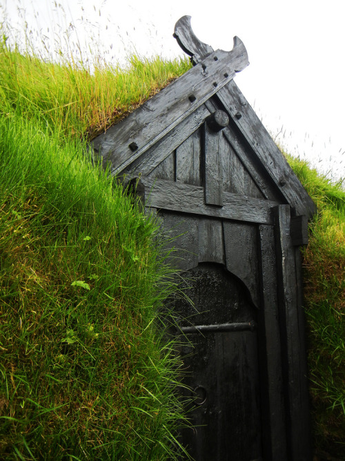 Viking Age house at Þjóðveldisbærinn (by velostricken)