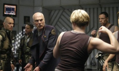 "How to Watch ""Battlestar Galactica"" Choire Sicha, theawl.com Recent­ly I've been rewatch­ing ""Bat­tlestar Galactica."" On a rewatch, I feel like it's a very long haul. And I've now seen a lot of peo­ple cruise through the first cou­ple sea­sons then get bogged down in, say, sea­son three. It's quite a bit of…  Um cara fez uma ordem resumida para se apreciar Battlestar Galactica.  Aprovei."