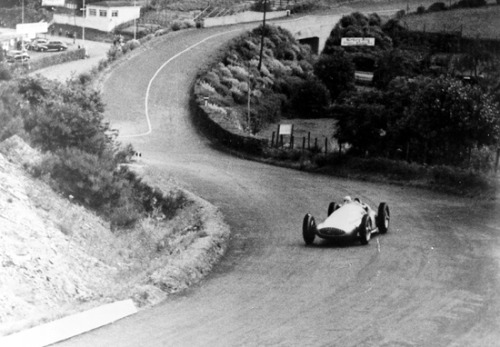 And welcome to 1939. The place is the Nurburgring, Germany. Rudi Caracciola approaches in spectacular motion one of the most dangerous corners of the circuit, in his Mercedes W154. The people at the Mercedes Heritage website pointed this out: notice the rails. You can't, actually, because there aren't any. Judging by the angle of the rear end of that Mercedes, this move took some serious courage. I say courage, but I really means balls.