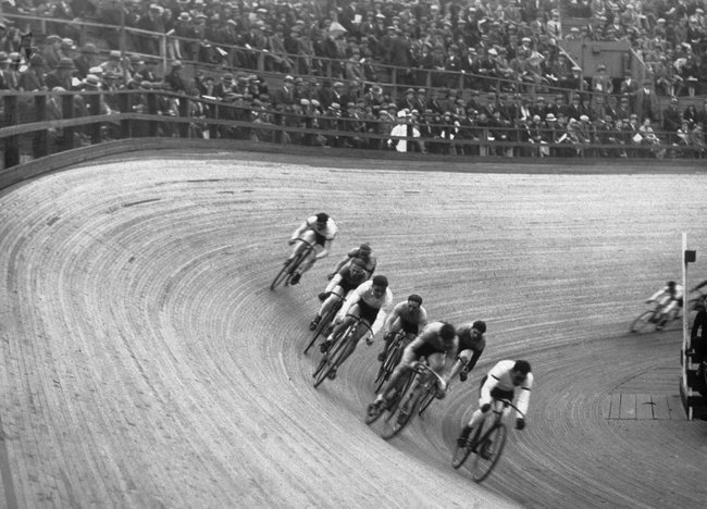 cadenced:  Photo of a New York velodrome accompanying an article in the New York Times looking at the proposal for the Brooklyn Bridge Park velodrome. Lets hope it goes ahead.