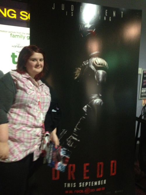 loulovesjt2608:  Guess who I bumped into at the cinema? Yep it's judge dredd aka Karl urban ;) me being me had to have my picture taken with it!   i didnt look like a mad karl urban fangirl or anything while my sister was taking the picture! ;)