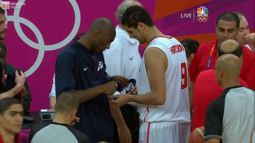 Kobe Bryant giving out autographs to Team Tunisia after the game.