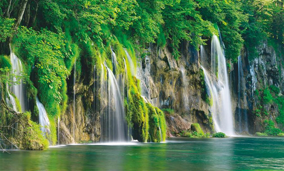 شلالات المياه…سبحان الله Plitvice Lakes National Park is the oldest national park in Southeast Europe and the largest park in Croatia. The park is filled with luscious green scenery, beautiful lagoons, and amazing waterfalls.Via: belloviaggi.blogspot.com