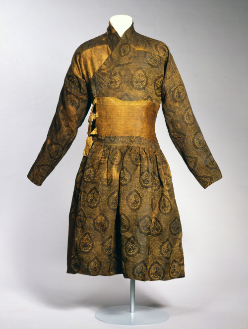 islamandart:  Caftan sewn from a lampas-woven textile, silk with gilded lamella of animal substrate Eastern Islamic world or China; 1st half of 14th century