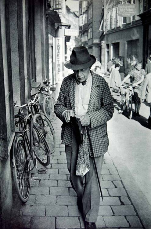 Henri Cartier-Bresson  A man walking in the Getreidegasse of Salzburg, Austria, 1950s Thanks to firsttimeuser
