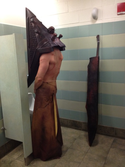 Even pyramid head needs to take a break Via: cosplayersdoingmundanethings