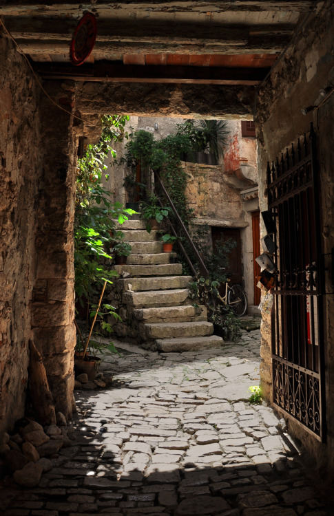Entryway, Rovinj, Croatia photo by pdj