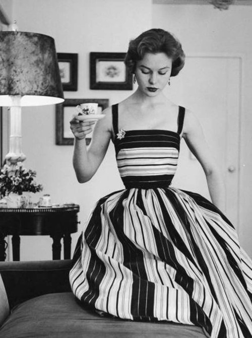theyroaredvintage:  1950s. This dress is gorgeous.