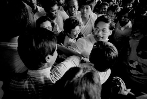 malacanan:  Corazon C. Aquino—accompanied by son Benigno S. Aquino III—arriving at her inaugural at Club Filipino in Greenhills, February 25, 1986. | Photo via Revolution Revisited by Kim Komenich—who was awarded the 1987 Pulitzer Prize in Spot News Photography for his coverage of the Philippine Revolution.