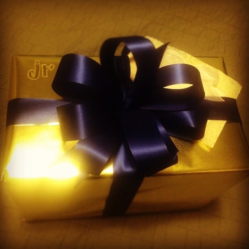 bumbleblue:  @calderajr Jr's birthday gift #birthday #gift #gold #fancy #ribbon (Taken with Instagram)  omg… <33333