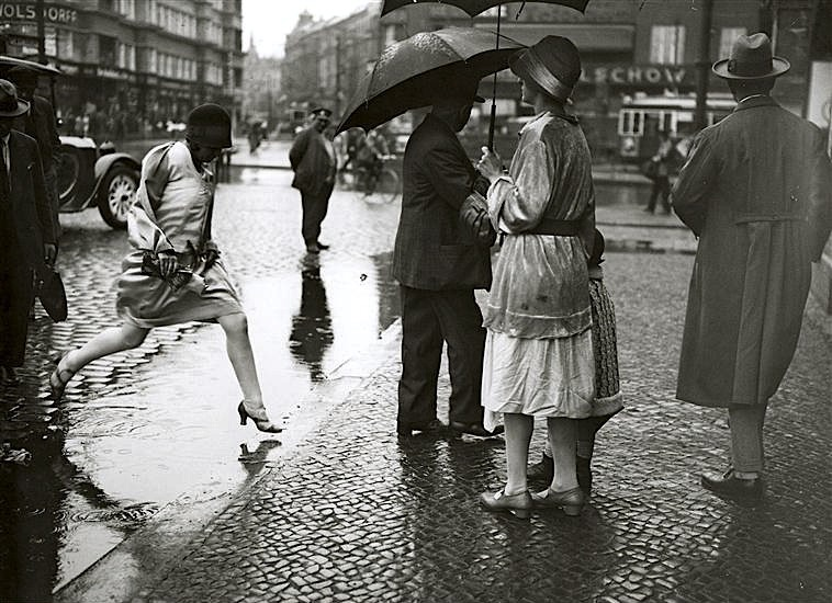 luzfosca:  Friedrich Seidenstücker Jumping the puddle, Berlin, 1930