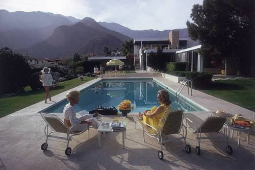 Poolside gossip in Palm Springs - photo by Slim Aarons.