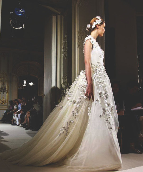 Pure White Flowers & Roses Floral Headpiece Georges Hobeika Fall Winter 2012 Haute Couture Fashion. More Flower & Roses. August 1st, 2012.