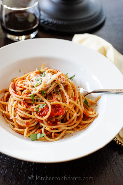 gastrogirl: Spaghetti with fresh tomato basil sauce … dinner tonight!