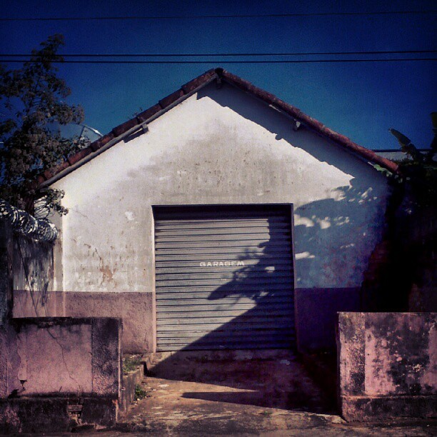 #garage #house #shack #door #roof #vintage #retro #old #architecture #abandon #abandoned #urban #decay #derelict #urbandecay #urbanexploration #red #green (Publicado com o Instagram)