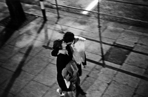 Couple kissing in the street in London 1960 photographed by Bruce Davidson