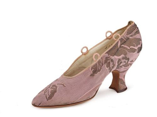 (via Shoe-Icons / Shoes / Pink and gold metallic brocade pumps with pointed toe, Louis heel a topline for ribbon ties, kid lining.)